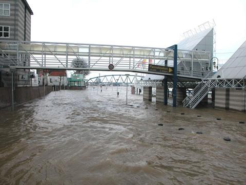 Waalkade overstroomd