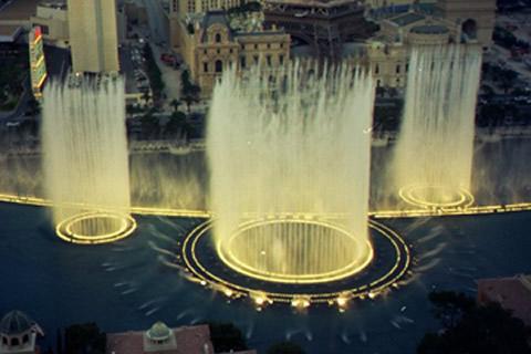 Fraaie fontein met licht