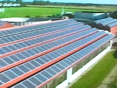 Zonnepanelen op dak tribune