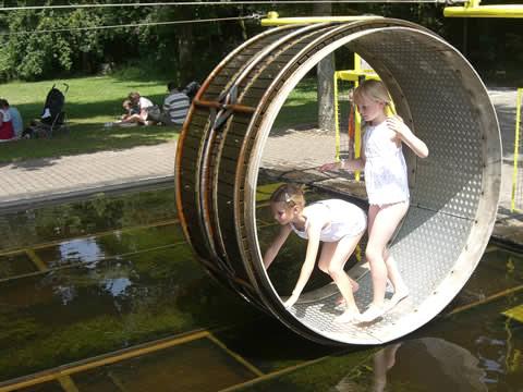 Spelen met water veer of vlonder, zo zodat je jezelf via touwen kunt bewegen over naar de overkant.