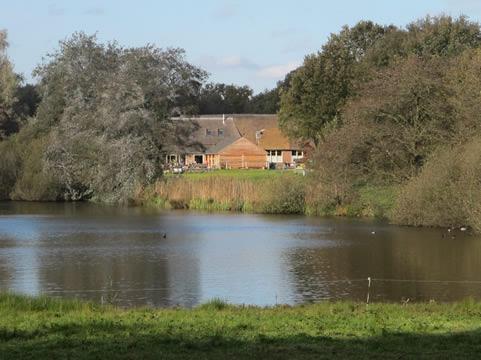 Woonboerderij met waterplas