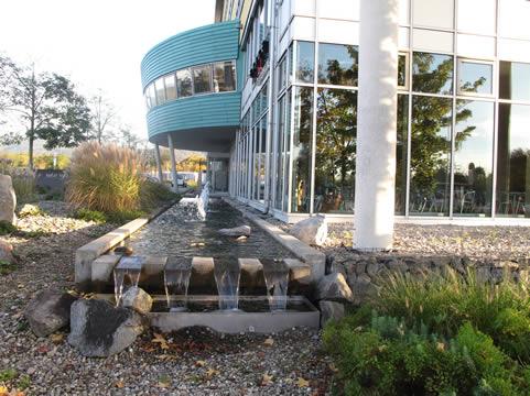 Watertuin bij universiteitsgebouw