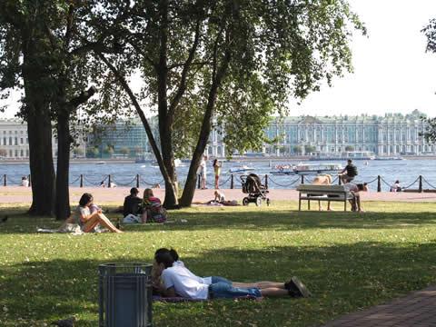 jongeren ontspannend liggend in een park langs de rivier