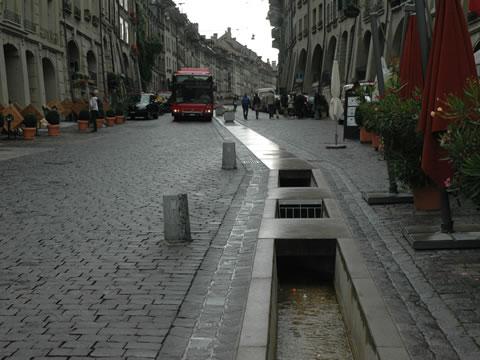Diepe watergoot in stadscentrum