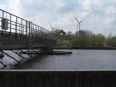Windmolens nabij waterzuivering