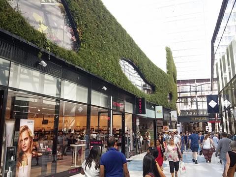 Groene binnengevel in winkelcentrum