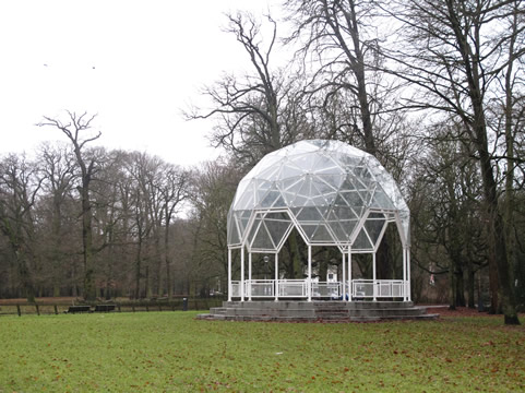 Glazen gebouwtje in park