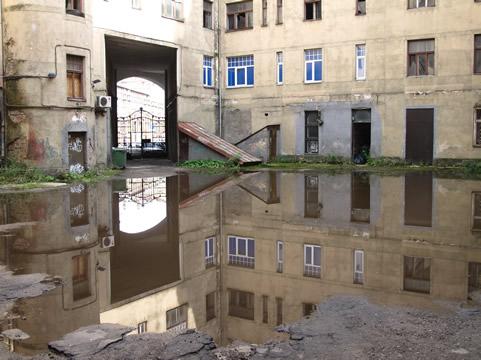 Wateroverlast versteend binnenplein